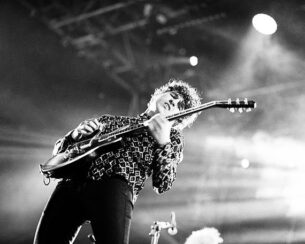 90s men's shirts - The Kooks onstage